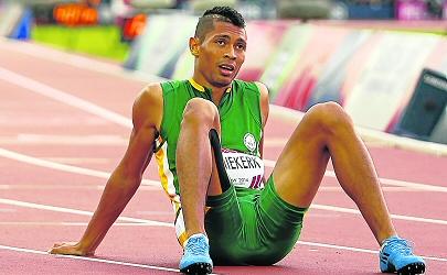 Flying Van Niekerk beats his own 400m mark